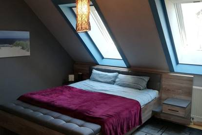 Helle Dachgeschosswohnung mit Balkon zu vermieten