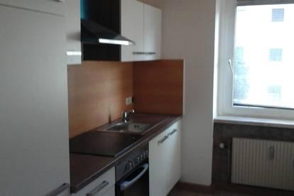 Ruhige und helle Wohnung mit 3 sanierten Zimmern, neue Küche, keine Maklerprovision, unbefristeter Vertrag