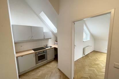 Top Lage - Dachgeschosswohnung in schönem Stilaltbau