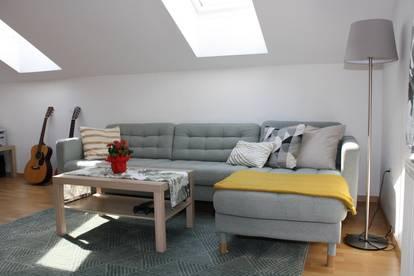 provisionsfreie helle, geräumige Dachgeschosswohnung in zentraler Lage
