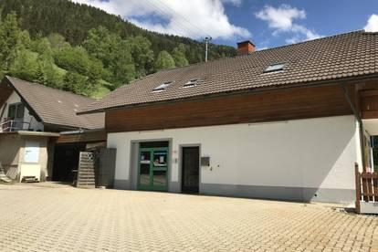 Betriebsgebäude in ländlicher Gegend