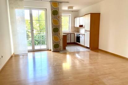 von Privat - Provisionsfrei: Wunderschöne 3 Zimmer Wohnung mit Blick ins Grüne und großem Balkon
