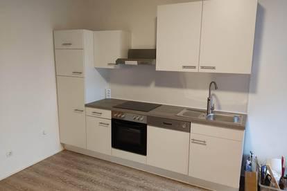OHNE PROVISION - ERSTBEZUG NACH SANIERUNG - 50 m² 2-Zimmer Wohnung inkl. neuer Küche, mit Garten, Autoabstellplätzen und Geräteschuppen