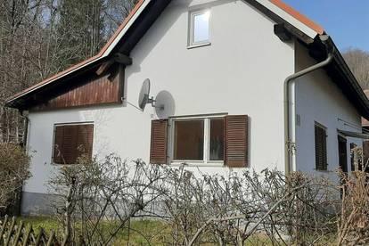 Sanierungsbedürftiges Einfamilienhaus in ruhiger Lage sucht neue Besitzer!