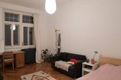 Helles, ruhiges Zimmer mit Zugang zum Balkon und Innenhof