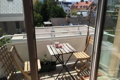 Wunderschönes WG-Zimmer mit Balkon in 3er WG