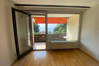 Wohnküche mit Balkon und Seeblick