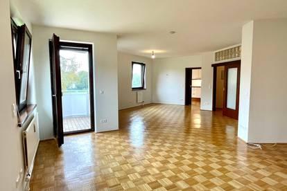 PROVISIONSFREI. Sonnige 4 Zimmer Wohnung - 2 Garagenstellplätze und grosser Hof
