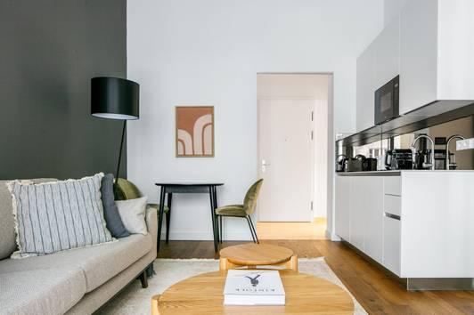 Premium Living mit Gym, Doorman, Yoga Raum im Herzen des 1. Bezirks, 2 Zimmer mit Balkon und Lager