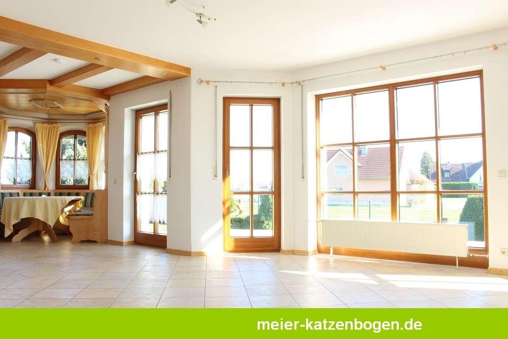 Großzügige Erdgeschosswohnung mit Garten und Garagen in Neuburg an der Donau
