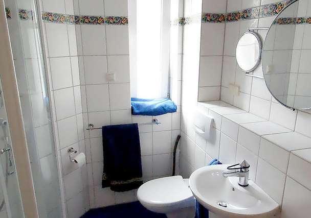 Großes Gäste-WC mit Dusche
