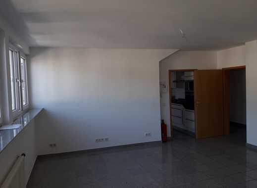Vollständig renovierte 3-Zimmer-DG-Wohnung mit Balkon und EBK in Saarlouis