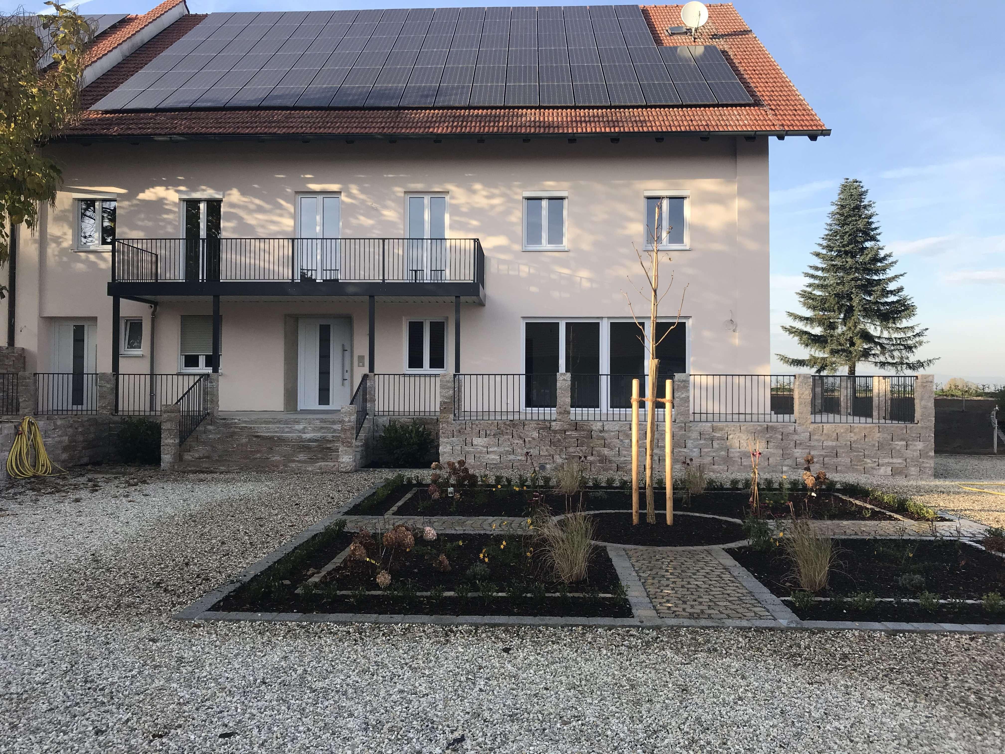 Erstbezug nach Sanierung mit Balkon: attraktive 7-Zimmer-Wohnung in Feldkirchen in Feldkirchen (Straubing-Bogen)
