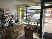 Zentrale Ladeneinheit mit Pkw-Stellplätzen
