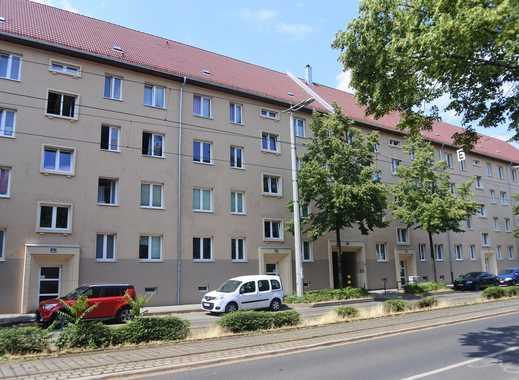 Helle 2- Zimmer Wohnung mit Laminat, offene Küche, Dusche und grünem Hinterhof