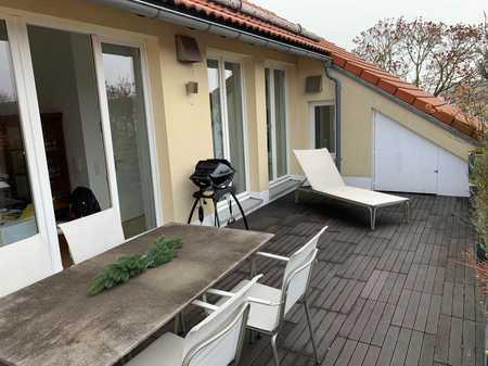 Traumhaft schöne Dachterrassenwohnung in 5 Parteien Haus in Ortsrandlage von Aschheim in Aschheim