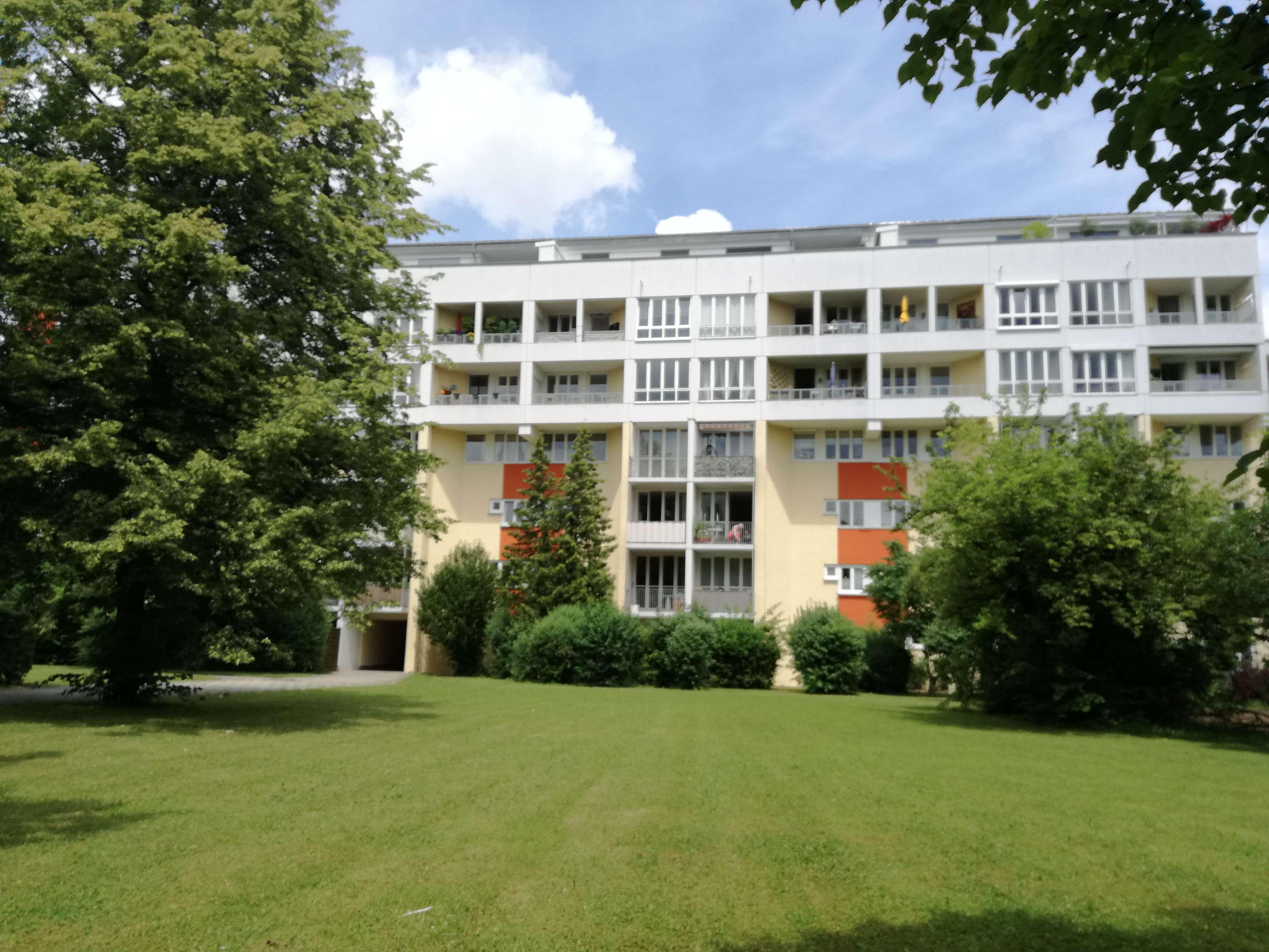 Neu renovierte, sonnige und ruhige 2-Zimmer-Wohnung; zwei Balkone und neue EBK in München-Hadern