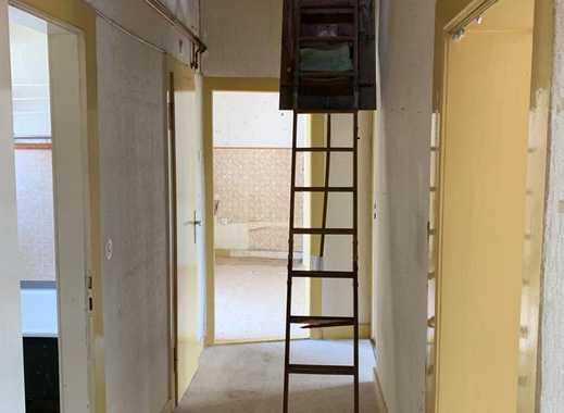 Sanierungsbedürftige Altbauwohnung mit Balkon und Ausbaupotential in gefragter Lage im Nordend