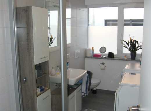 Moderne Neubauwohnung mit zwei Zimmern, EBK im Wohnraum, West-Balkon, 1.OG, 2 TG-Stellpl., ab 01.02.