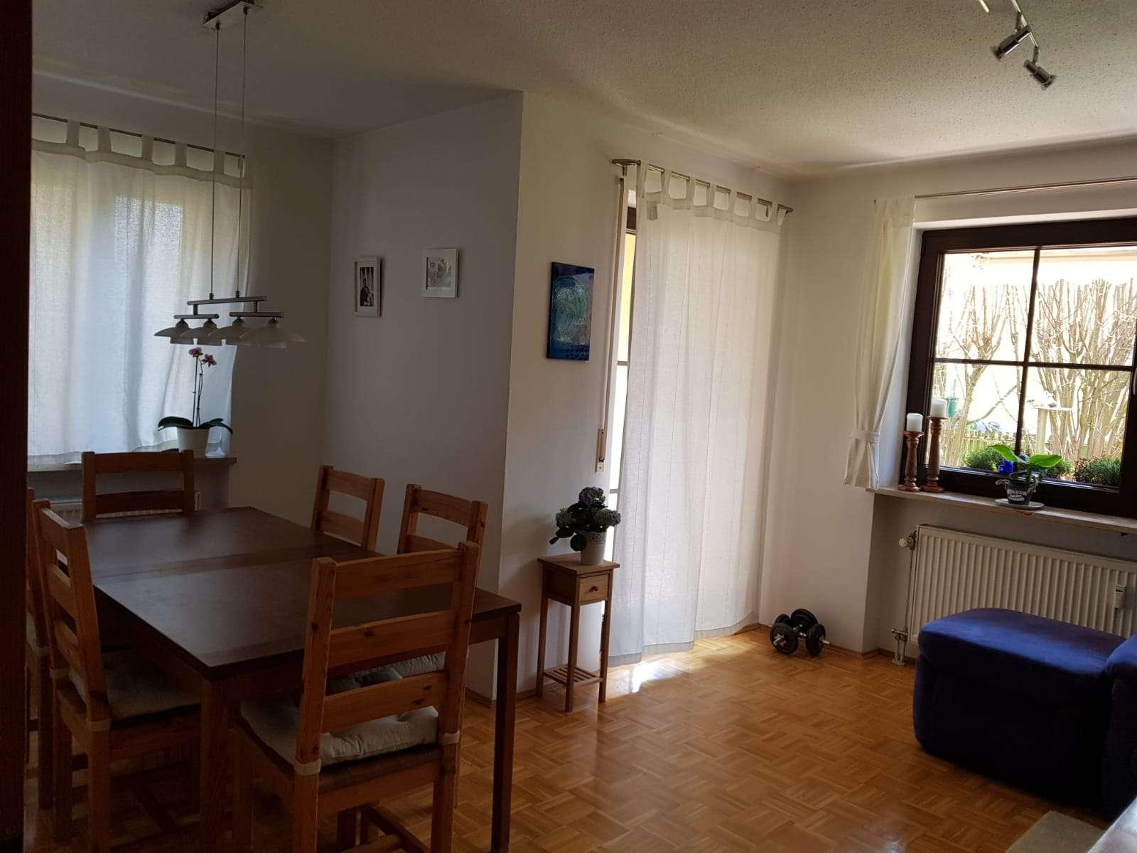 Gepflegte EG-Wohnung mit drei Zimmern sowie Terrasse und Einbauküche in Lappersdorf in