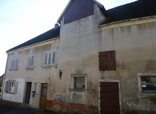 **Ehemaliges Bauernhaus mit Wirtschaftsgebäuden u. Scheune**