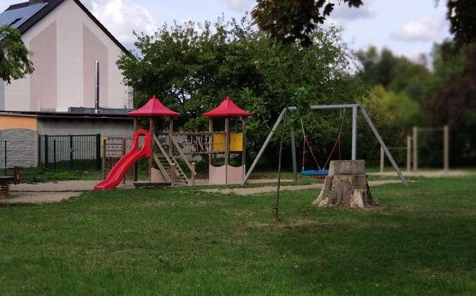 Spielplatz gegenüber (2)