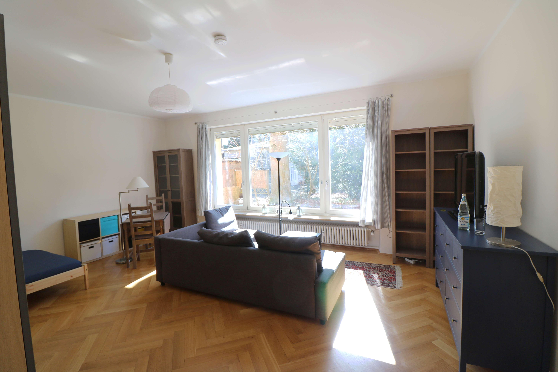 HINDINGER IMMOB.: HARLACHING/ ISARHOCHUFER- voll möbliertes 1 Zi.- App. mit EBK & Bad mit Fenster !