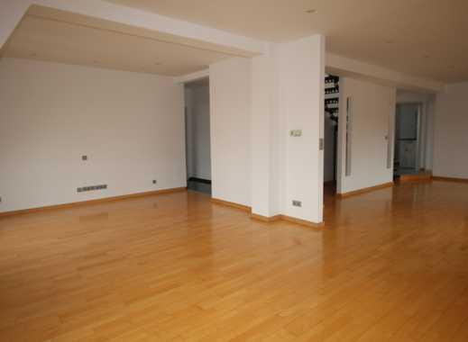 Individuell geschnittene Maisonette-Wohnung mit Einbauküche und Dachloggia