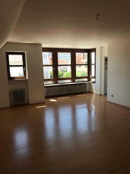 Vollständig renovierte Dachgeschosswohnung mit drei Zimmern und Einbauküche in Freiburg im Breisgau in Neuburg an der Donau