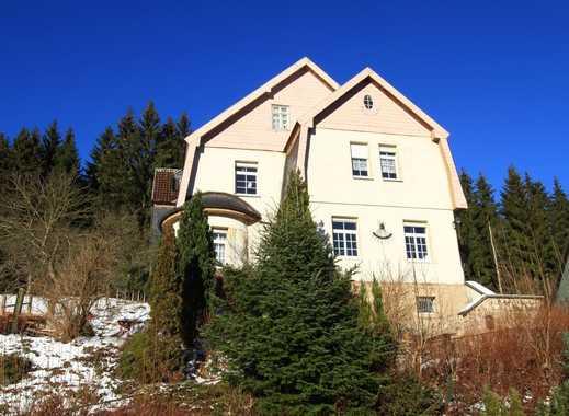 Ältere Villa mit hängigem Grundstück