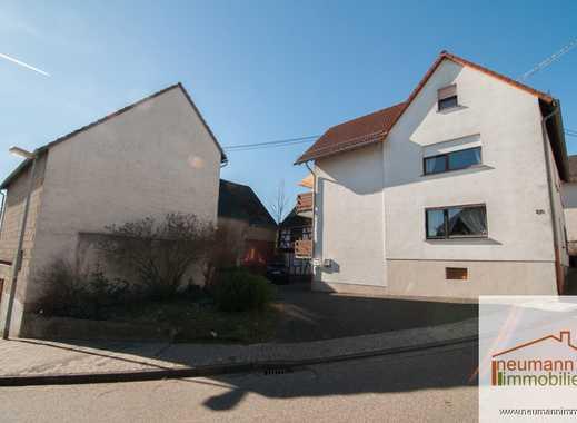 Solides Zweifamilienhaus mit großer Scheune und mehreren Garagen!