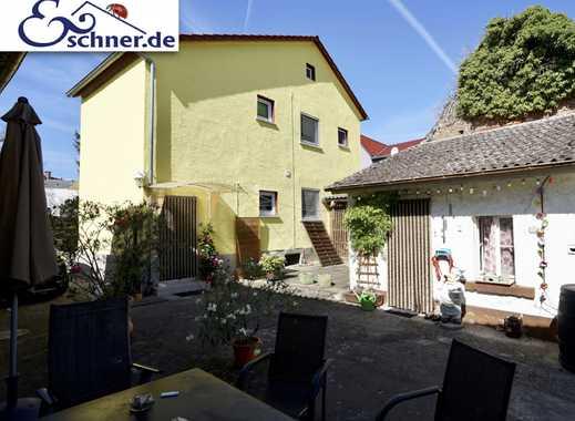 Ein großer Garten mit gemütlichem Einfamilienhaus in Trebur