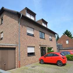 Großzügige Erdgeschosswohnung über zwei Etagen mit eigenem Garten und Garage