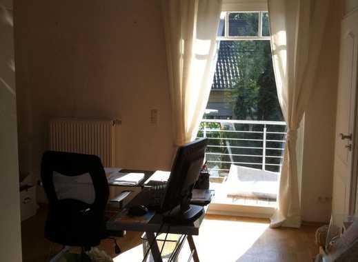 26qm großes, helles Zimmer. Eigenes Bad und Parkplatz. Garten.