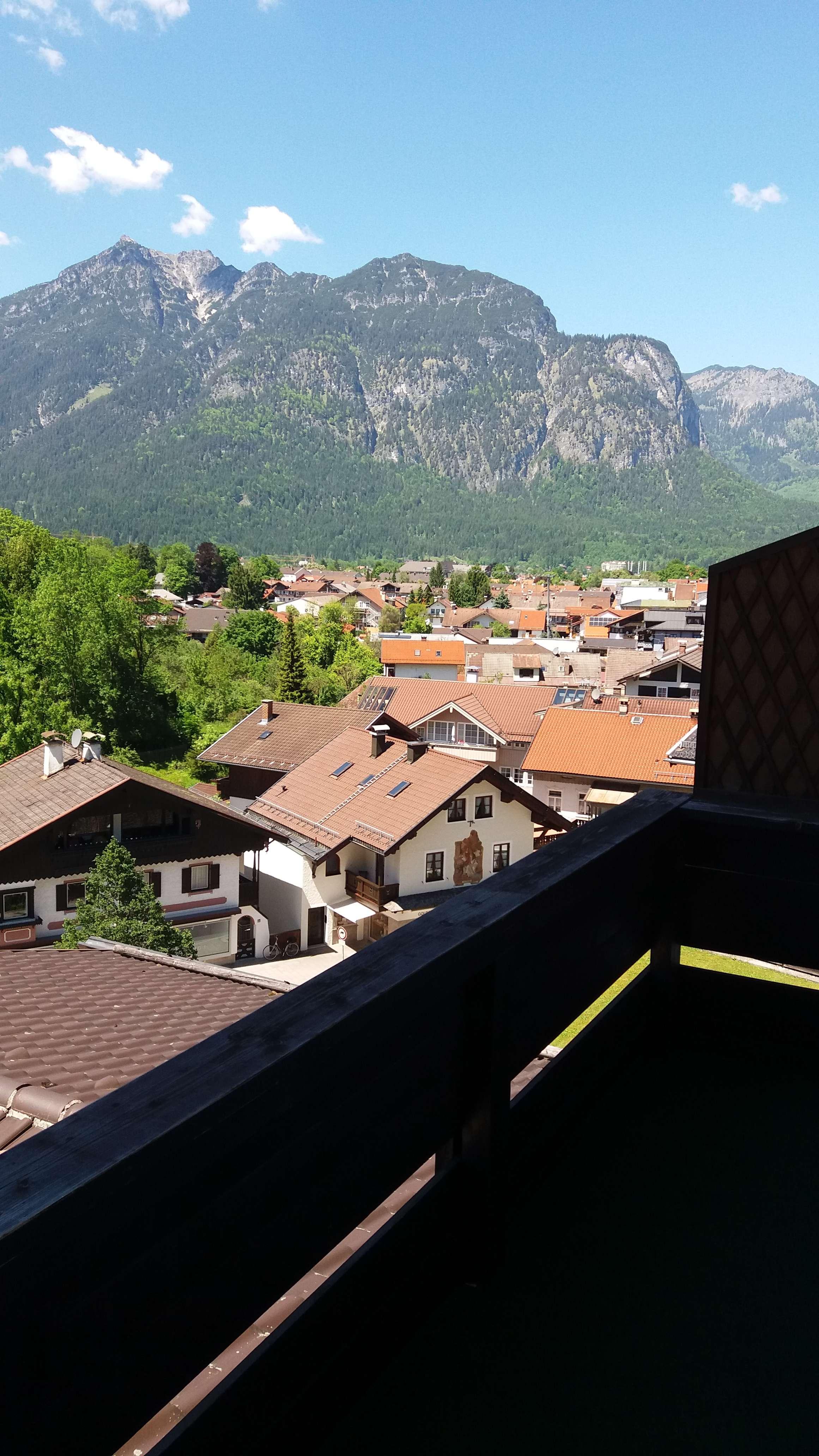 Exklusive, sanierte 2,5-Zimmer-DG-Wohnung mit Balkon und Einbauküche in Garmisch-Partenkirchen in Garmisch-Partenkirchen