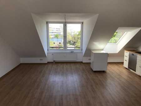 Wunderschöne, renovierte 2-Zimmer-Dachgeschosswohnung mit Dachterrasse in Nordwest