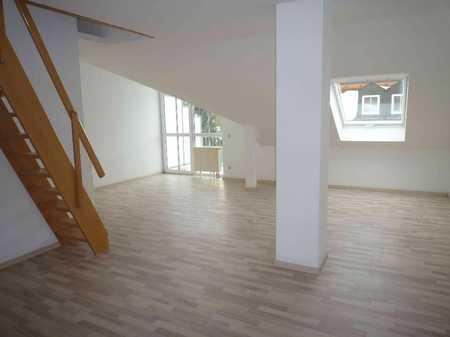Ch. Schülke Immobilien: schicke 2-Zi-DG-Galerie-Whg mit EBK, Balkon u. Garage in Langenbach (Freising)