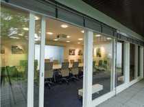 Interessantes Bürohochhaus mit Hallengebäude und