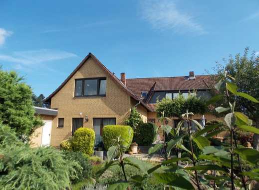 Renoviertes Mehrfamilienhaus mit Doppelgarage und liebevoll gestalteter Gartenanlage.