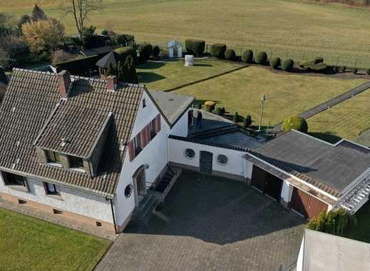 Freistehendes Einfamlienhaus mit Anbau, Erweiterungsmöglichkeiten, einmaligem Grundstück u. Garagen.