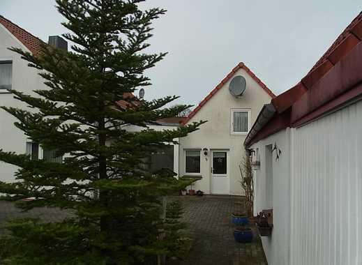 Vielseitig nutzbare Doppelhaushälfte auf großem Grundstück mit Nebengebäude und Garage