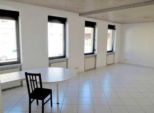 Große 2-Zimmer-Wohnung mit Einbauküche und Balkon in ruhiger Lage