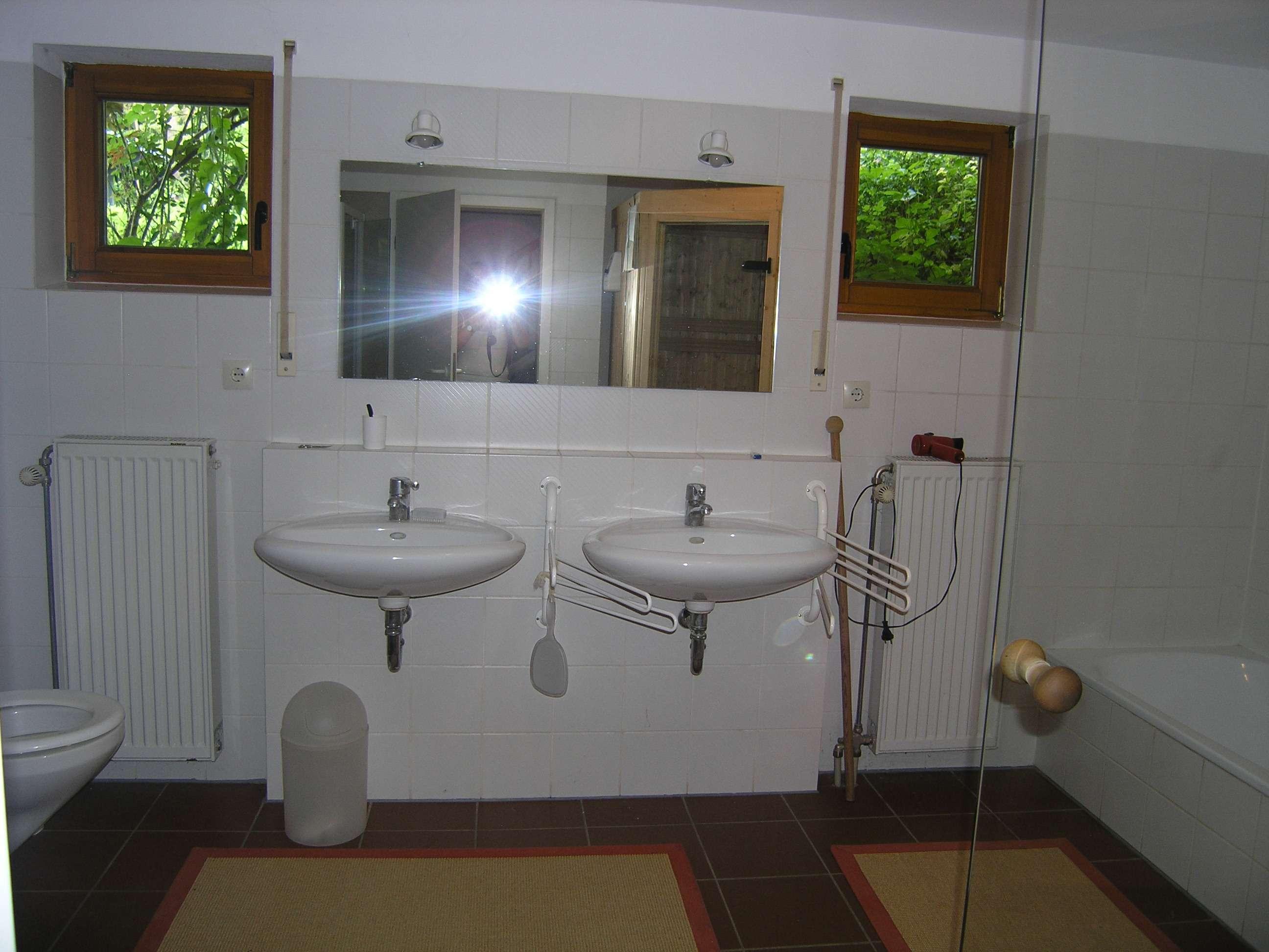 Gepflegte 2-Zimmer-Erdgeschosswohnung mit kleiner Terasse und Gartenbenutzung.   und EBK in Würzburg in