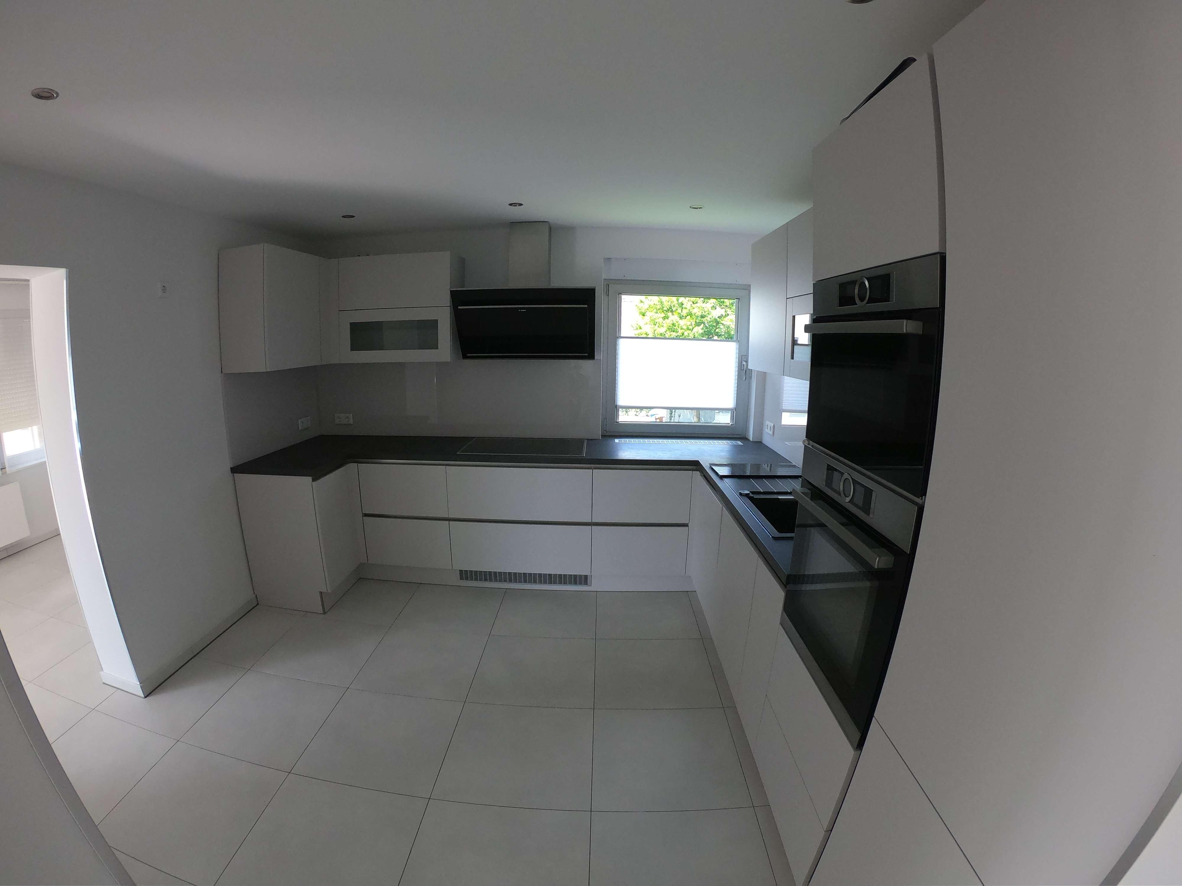 Neuwertige und helle Wohnung mit drei Zimmern sowie Balkon in