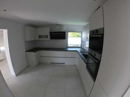 Neuwertige und helle Wohnung mit drei Zimmern sowie Balkon in Mainaschaff