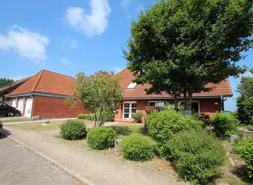 Modernes Wohnhaus für 3 Familien am ruhigen Ortsrand von Göhl bei Oldenburg in Holstein - 3 Garagen!