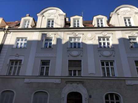 Teilmöblierte Altbauwohnung direkt am Englischen Garten für ein Jahr zu vermieten  in Lehel (München)