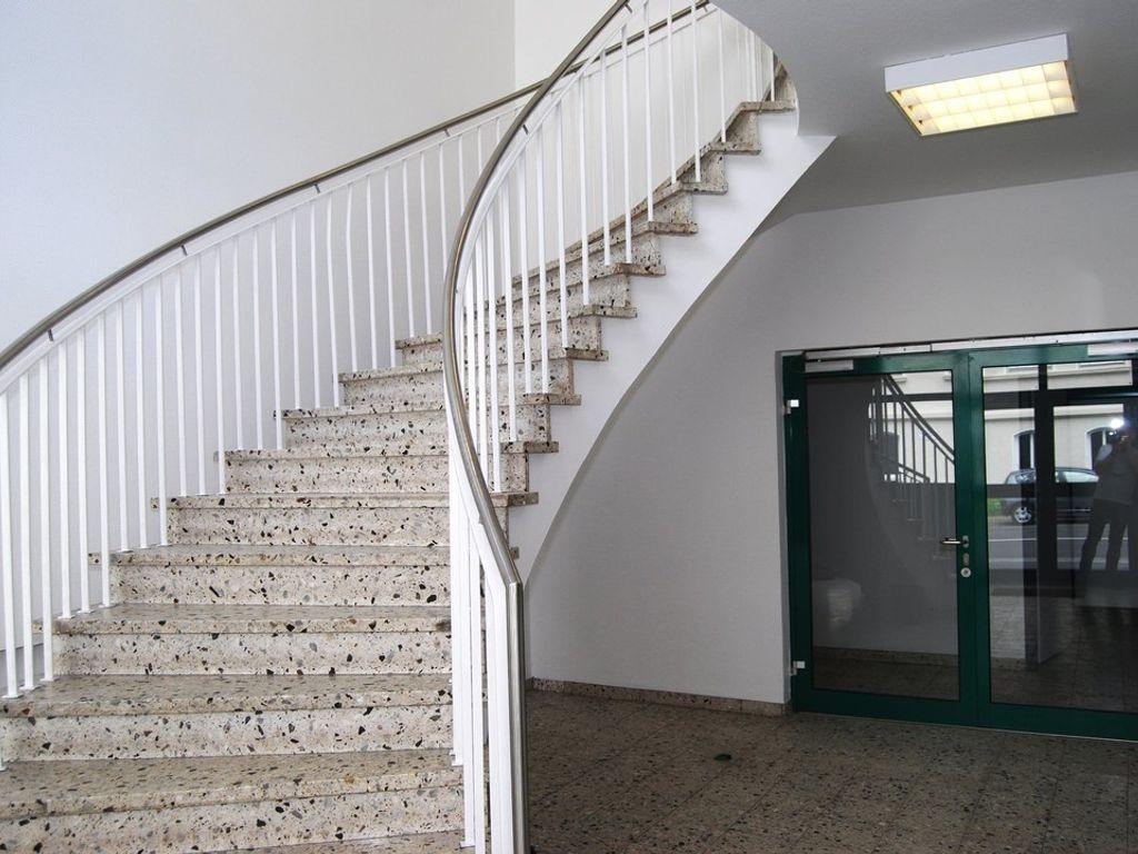 Eingang mit Aufzug rechts