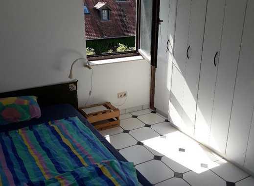 Zimmer mit Balkon in sonniger DG Wohnung