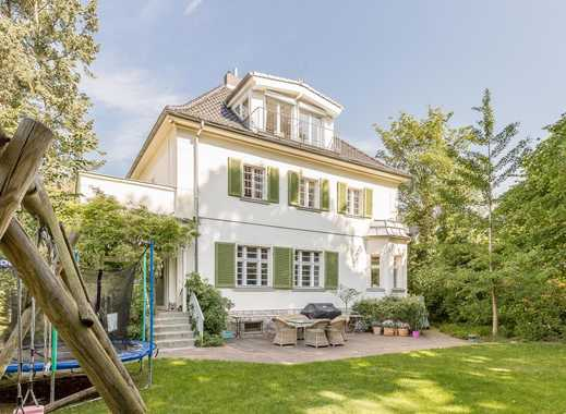 Dahlem: Lichtdurchflutete Villa im englischen Stil mit Garten & Balkon